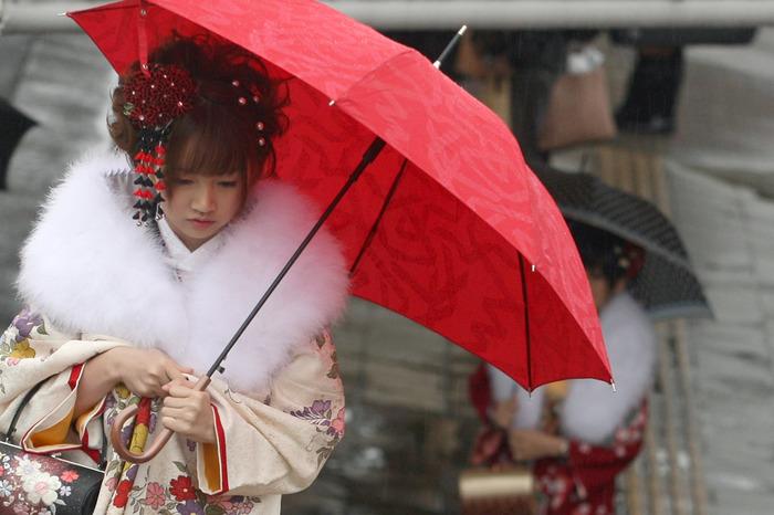 O tânără japoneză îmbrăcată într-un kimono tradiţional