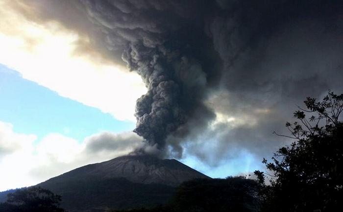 Vulcanul Chaparrastique din San Miguel, 140 km la est de San Salvador, degajă un nor de fum şi cenuşă, El Salvador, 29 decembrie 2013.
