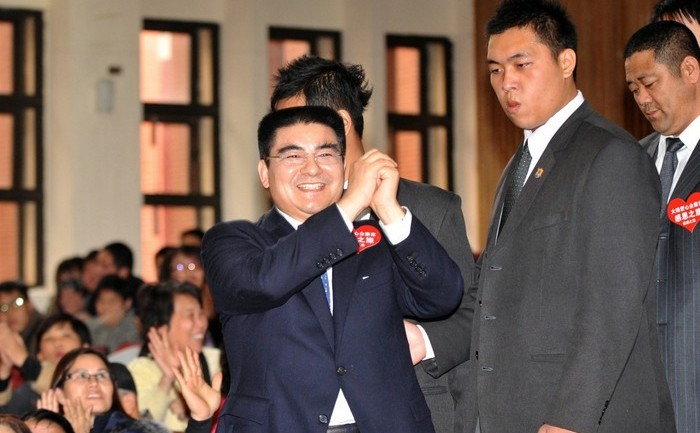 Chen Guangbiao (C) on January 27, 2011.