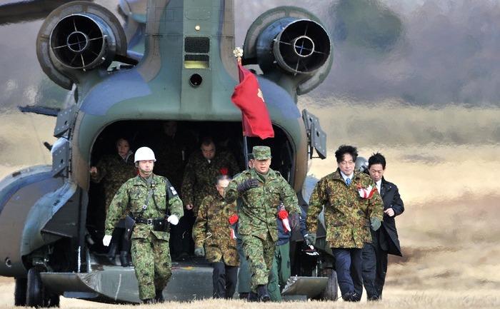 Ministrul japonez al Apărării, Itsunorii Onodora în urma unui exerciţiu militar, 12 ianuarie 2014.