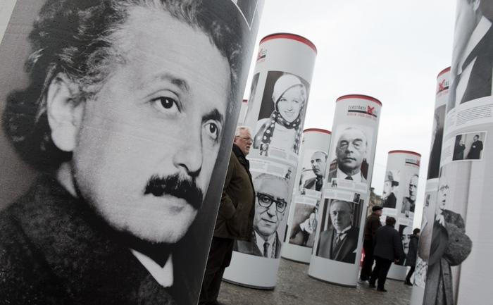Portretul lui Albert Einstein la o expozitie din Berlin