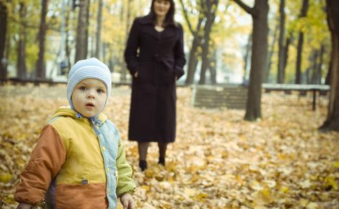 Un copil şi mama sa în parc.