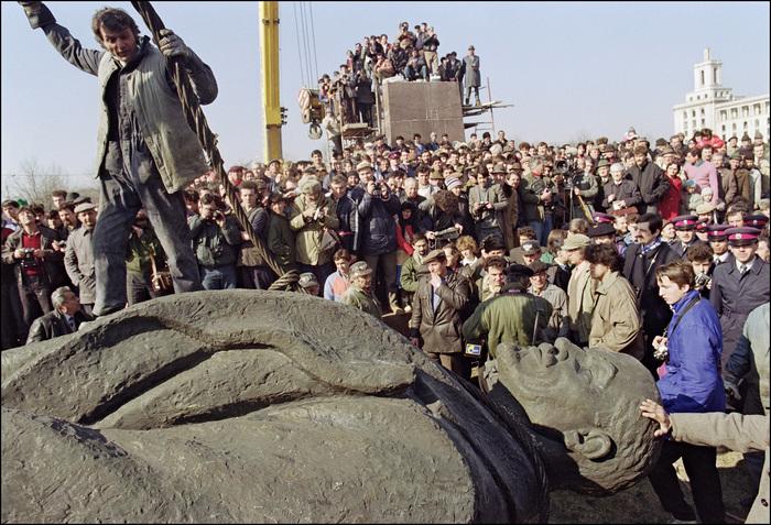 Lenin, coborât de pe piedestal la Bucureşti. Piaţa Scânteii 5 martie 1990