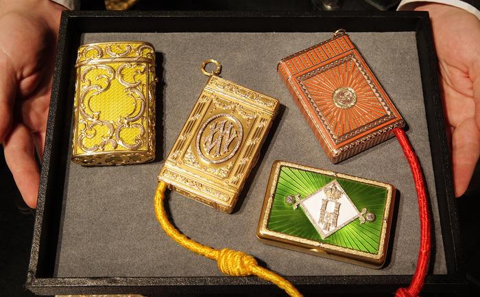 O colecţie de tabachere Faberge personalizate, expusă la casa de licitaţii Sotheby's din Londra în 2009. Colecţia a aparţinut familiei ducelui Vladimir Alexandrovich, fratele Ţarului Alexandru III.
