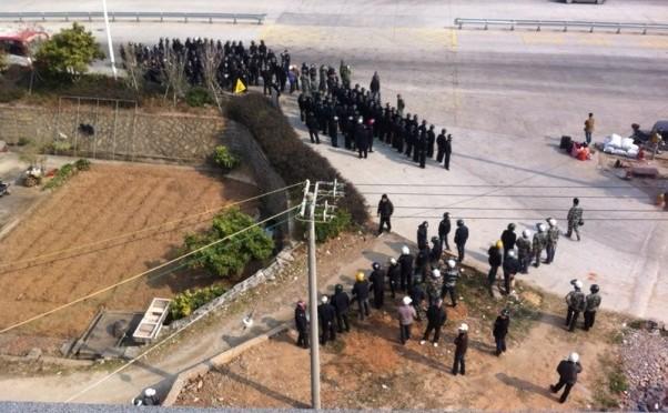 Sătenii se confruntă cu poliţia pe 18 ianuarie, 2014