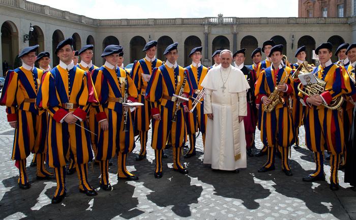 Papa Francis înconjurat de Garda Elveţiană