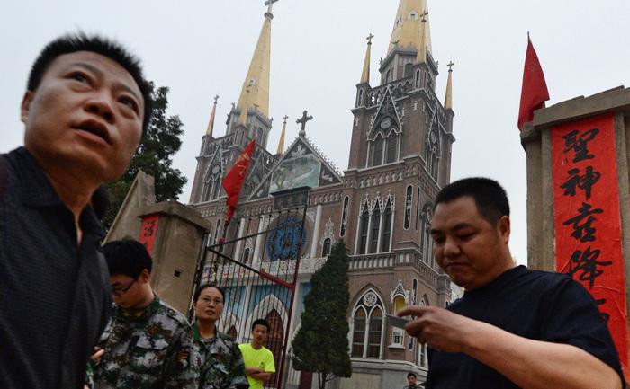 Catedrala Catolică din Donglu, provincia Hebei, 26 mai 2013, poliţia întârzie începerea slujbei şi hărţuieşte credincioşii.
