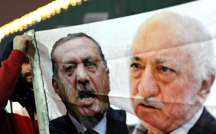 Turcia:Primul Ministru Recep Tayyip Erdogan (s) şi imamul Fethullah Gulen (d)