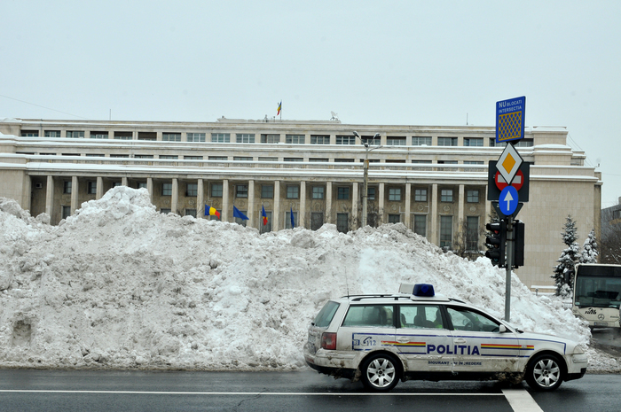 Iarna în Bucureşti, munţi de zăpadă în faţa Palatului Victoria