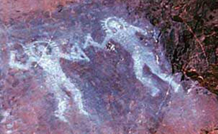 Picturi rupestre, vechi de 10 000 de ani din Valcamonica, Italia, reprezentând oameni care poartă ceva asemănător costumelor spaţiale.
