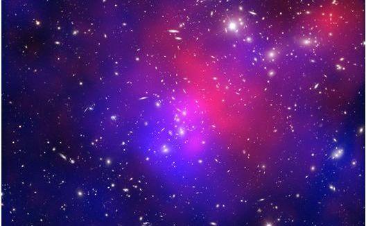 """Coliziune între roiuri galactice denumită """"Pandora"""", culoarea roşie reprezintă gaz cu temperaturi de milioane de grade, iar albastrul reprezintă concentrarea totală a masei, în mare, materie neagră."""