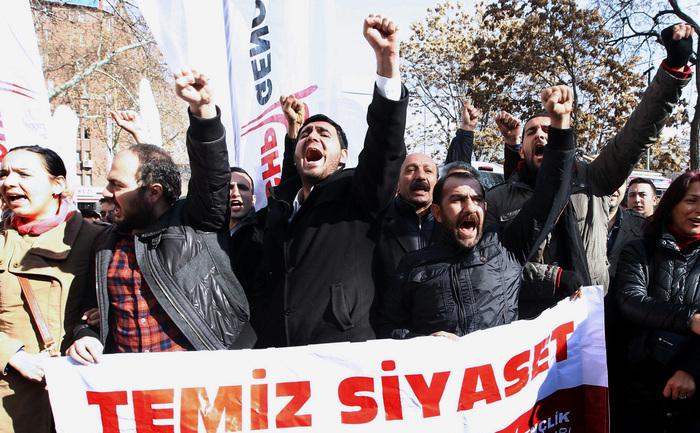 Opoziţia turcă îl acuză pe Erdogan că muşamalizează scandalul de corupţie care a zguduit ţara