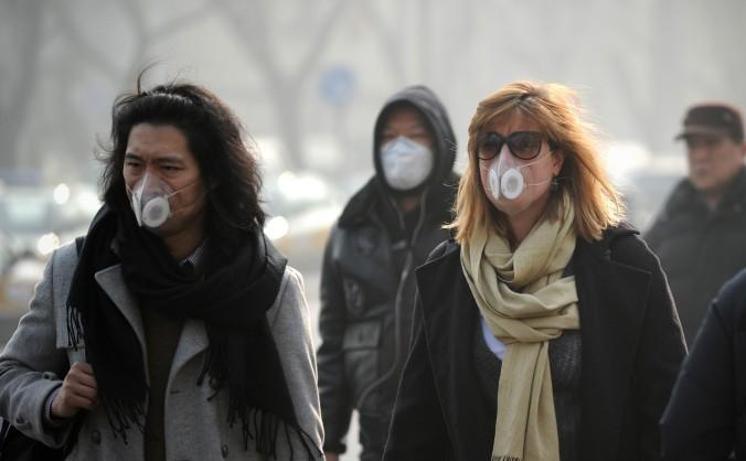 Din cauza aerului poluat majoritatea oamenilor din Beijing folosesc măşti medicinale.