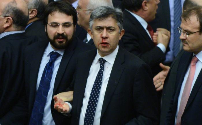 Nasul membrului parlamentului, Ali Ihsan Kokturk (CHP), sângerează în urma încăierării deputaţilor din partidele AK (AKP) şi CHP