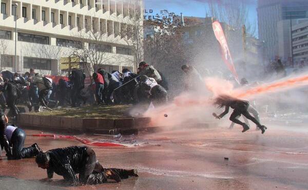 Tunuri de apă îndreptate împotriva ziariştilor în Ankara