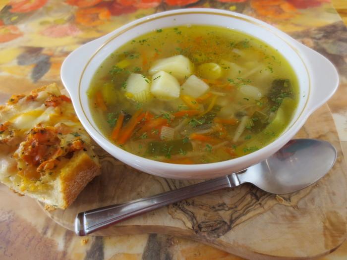 Supa de cartofi cu praz servită cu bruschetta