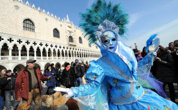 Un personaj mascat în Piazza San Marco în timpul Carnavalului de la Veneţia.
