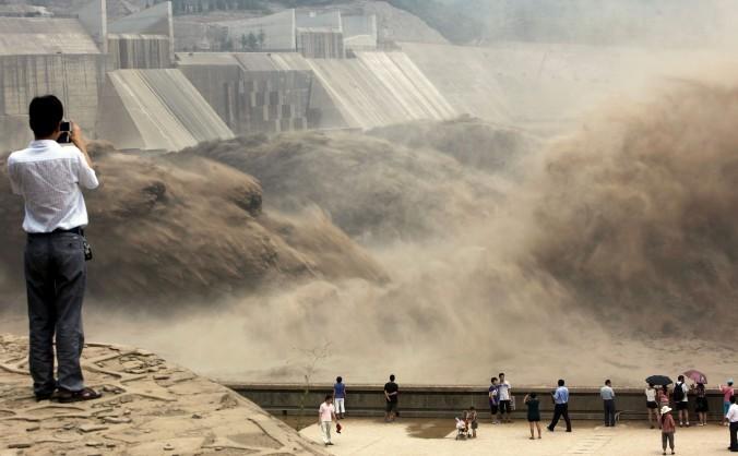 Şuvoaie uriaşe de apă, eliberate din barajul Xiaolangdi pentru a curăţa sedimentele depuse pe Fluviul Galben, după construirea barajelor. Provincia Henan, 6 iulie 2012