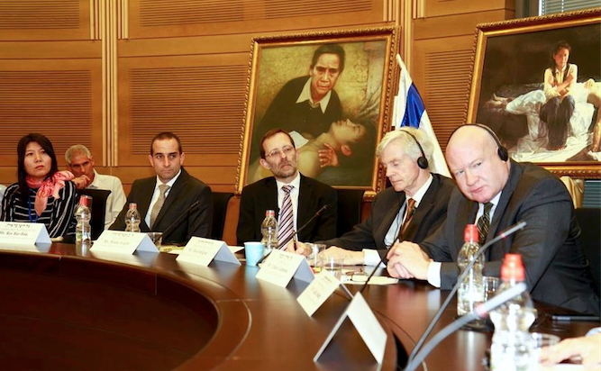 Ethan Gutmann (D), David Kilgour (al doilea din dreapta) în Knesset, Israel, 17 februarie 2014.