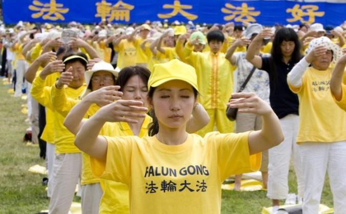Sute de practicanţi Falun Gong practică exerciţii pe marea peluză din faţa Capitoliului Statelor Unite la 12 iulie, înainte unui miting împotriva persecuţia Falun Gong în China.