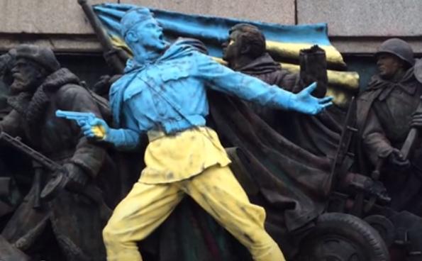 Monumentul sovietic din Sofia în culorile galben-albastru.
