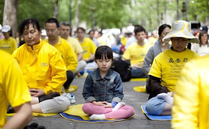 În jur de 1.000 de practicanţi Falun Dafa practică meditaţia în Dag Hammarskjold Plaza din New York.