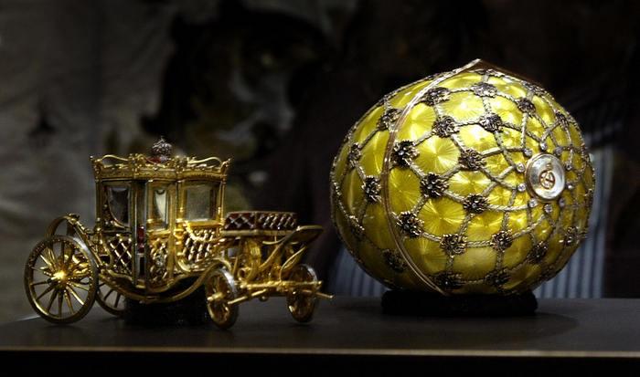 Rusia: Cea mai mare colecţie privată de ouă Fabergé, de ani de zile în posesia unui magnat rus, este expusă permanent la Sankt Petersburg