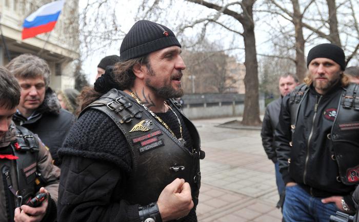 """Alexander Zaldostanov (C), supranumit Chirurgul, liderul bandei de motociclişti """"Lupii Nopţii"""". Zaldostanov, prieten cu Putin, este pozat aici la un miting al bandei în Simferopol, Crimeea, 28 februarie 2014"""