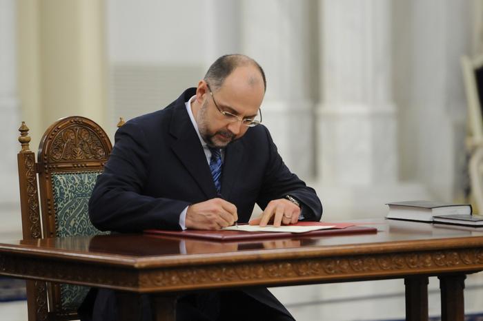Depunerea jurământului de credinţă a miniştrilor din Cabinetul Ponta 3. În imagine, Kelemen Hunor