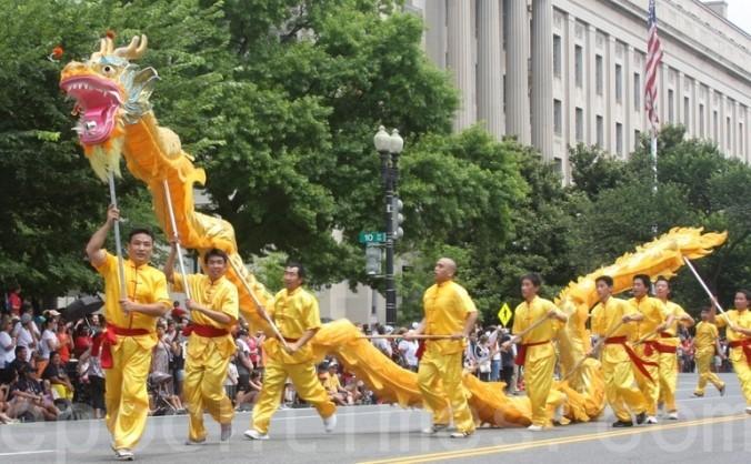 Practicanţii Falun Gong executând Dansul Dragonului pe străzile din New York în timpul unei parade.