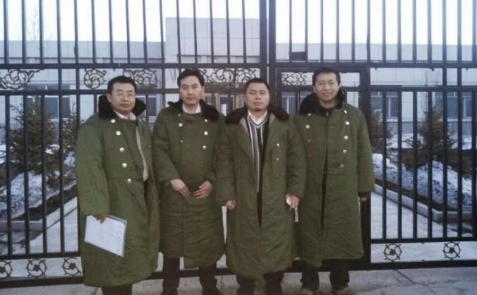 Avocaţii din China continentala (de la st. la dr.) Jiang Tianyong, Tang Jitian, Wang Cheng şi  Zhang Junjie stau în faţa unui centru de reeducare înainte să fie arestaţi. Ei încă se află în detenţie.