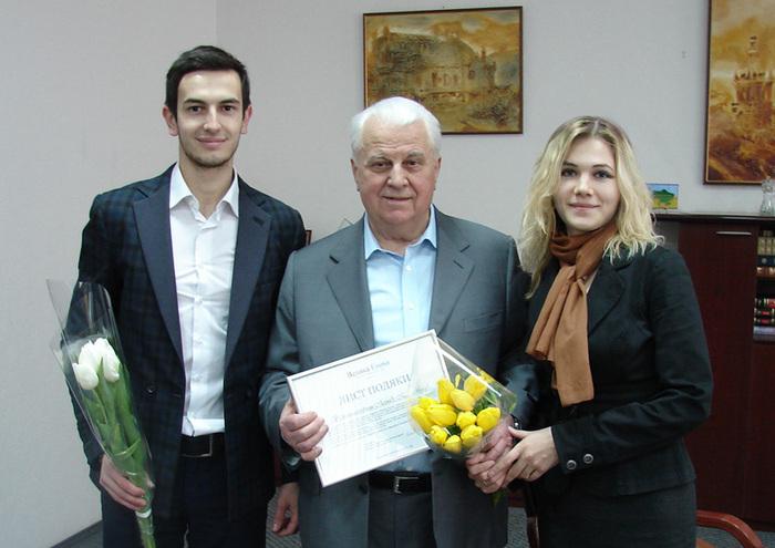 Leonid Kravciuk (centru) împreună cu jurnalista ziarului Epoch Times Olena Balakina şi consilierul guvernatorului din regiunea Ivano-Frankivsk din Ucraina, Mstislav Taras