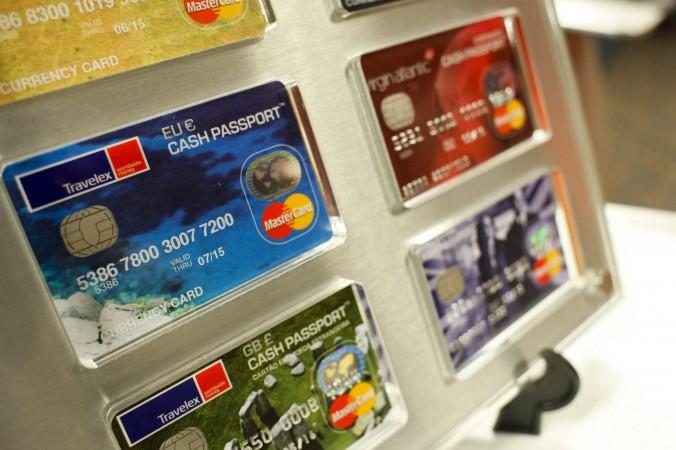 Cărţi de credit MasterCards expuse la Centrul Sentry în New York, Sept. 15, 2011