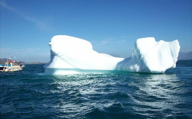 Iceberguri lângă coasta îngheţată a Groenlandei.