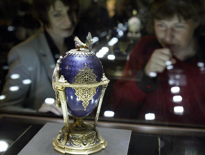 Oul cu cocoşel, 1900. Colecţia Faberge a magnatului rus Victor Vekselberg expusă permanent la Sankt Petersburg.