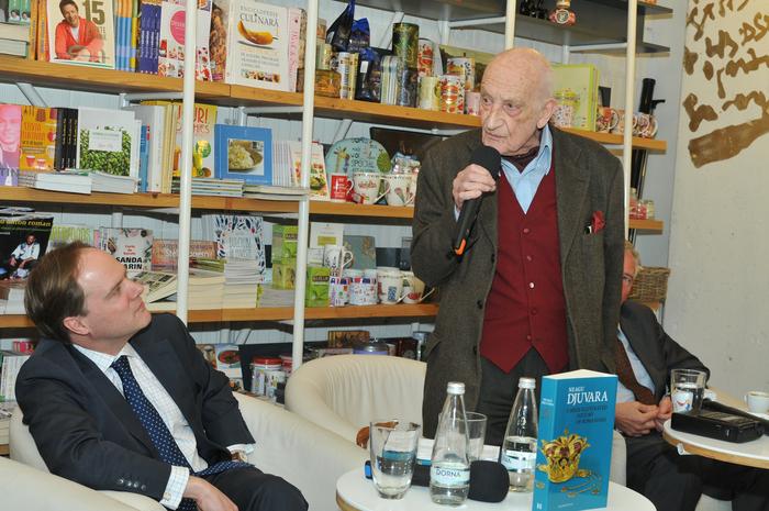 """Librăria Humanitas, lansarea cărţii """" O scurtă istorie ilustrată a românilor """" scrisă de Neagu Djuvara. Invitaţi de seamă au fost, Martin Harris, ambasadorul Regatului Unit al Marii Britanii la Bucureşti şi Gerard Corr, ambasadorul Irlandei în România"""