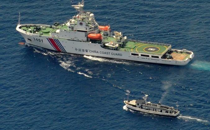 O navă chineză de coastă şi o barcă de aprovizionare filipineză sunt angajate într-o dispută deoarecebarca filipineză încearcă să ajungă la un recif revendicat de ambele ţări, la 29 martie 2014.