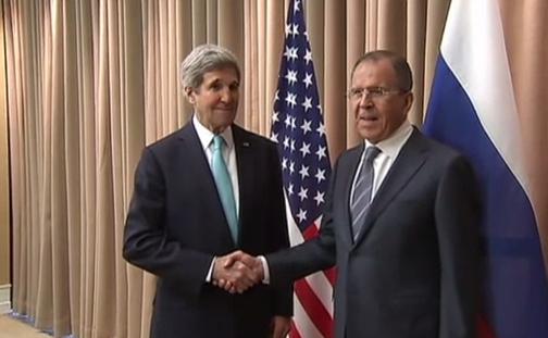 Secretarul american de Stat, John Kerry şi omologul său rus, Serghei Lavrov, în urma negocierilor de pace de la Geneva, 17 aprilie 2014.