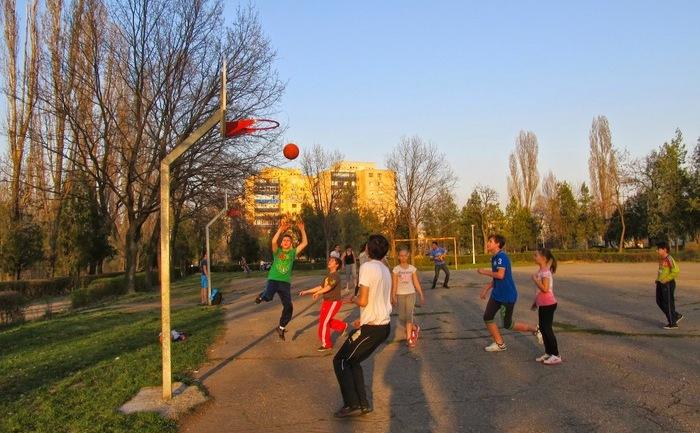 Copii jucând baschet în Parcul Andrei Mureşanu din Ploieşti, pe un amplasament ce va fi înlocuit cu un teren de minifotbal contra cost.
