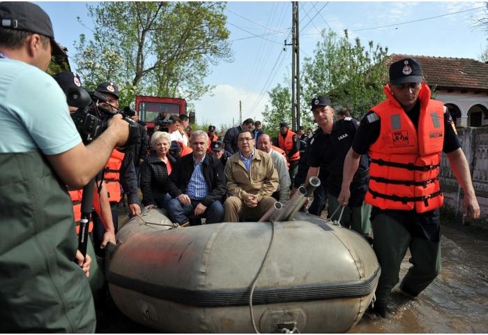 Premierul Ponta, alături de Liviu Dragnea şi Doina Pana, tras cu barca de pompieri, 22 aprilie 2014