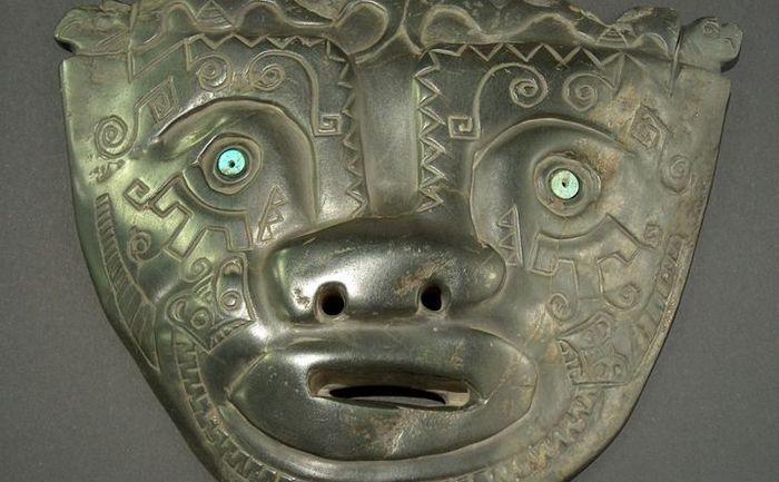 Mască gigantică din piatră descoperită în Bolivia.