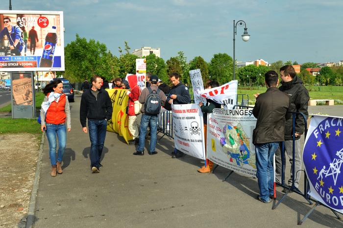 Pichetare în faţa Parlamentului României împotriva fracturării hidraulice şi a gazelor de şist.