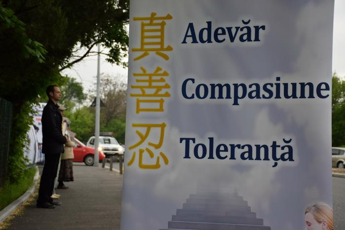 Practicanţi Falun Dafa la un protest paşnic, la Ambasada Chinei din Bucureşti. Protestul marchează cei 15 ani de persecuţie a practicii spirituale paşnice Falun Gong