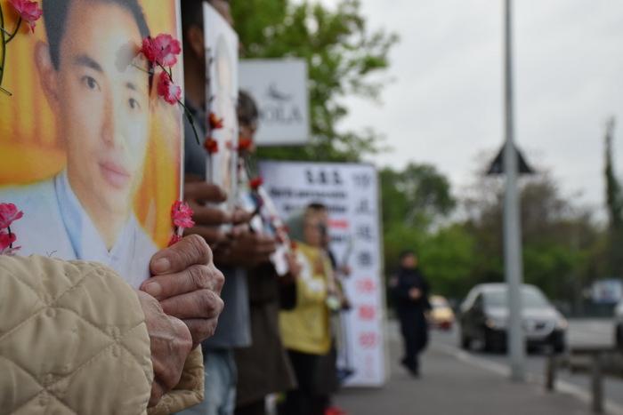 Practicanţi Falun Dafa la un protest paşnic, la Ambasada Chinei din Bucureşti