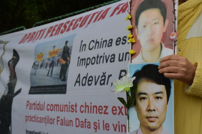 Practicanţi Falun Dafa protestând paşnic, la Ambasada Chinei din Bucureşti.