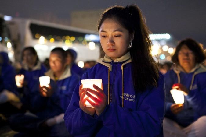 Practicanţi Falun Dafa la un protest paşnic