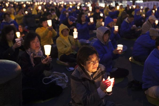 Practicanţi Falun Dafa lângă Consulatul chinez din New York, pe 25 aprilie 2014