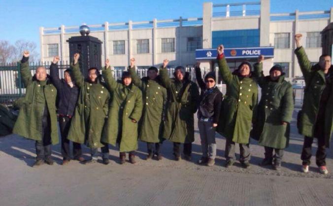 """Avocaţii şi activiştii pentru drepturile omului protestează în faţa sediului de poliţiei din  Jiansanjiang, îndemând eliberarea cetăţenilor chinezi din """"închisorile negre""""."""