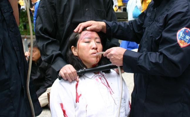 Reconstituirea unei metode de torturare – hrănirea forţată – folosită în lagărele de reeducare chineze.