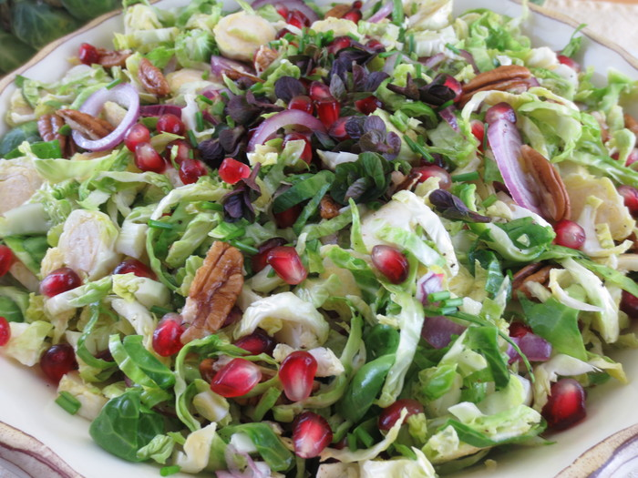 Salată de varză de Bruxelles cu rodii, păpădie şi nuci